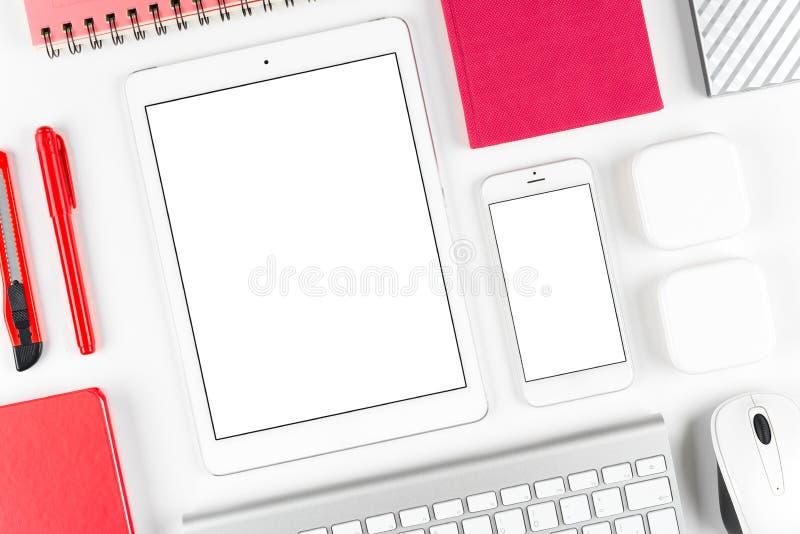 Svars- design: Tangentbord, minnestavla och smartphone på den vita tabellen arkivfoto