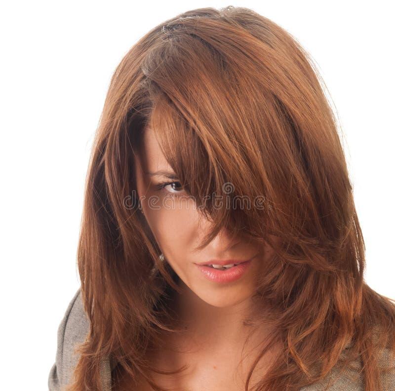Svartögd kvinnlig med håret som hänger ner över framsidan royaltyfri fotografi