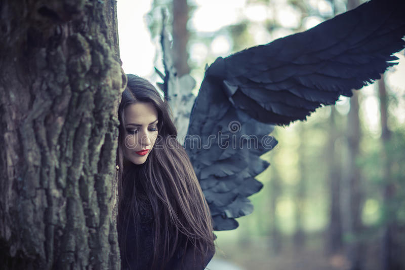 Svart ängel i skogen arkivbilder
