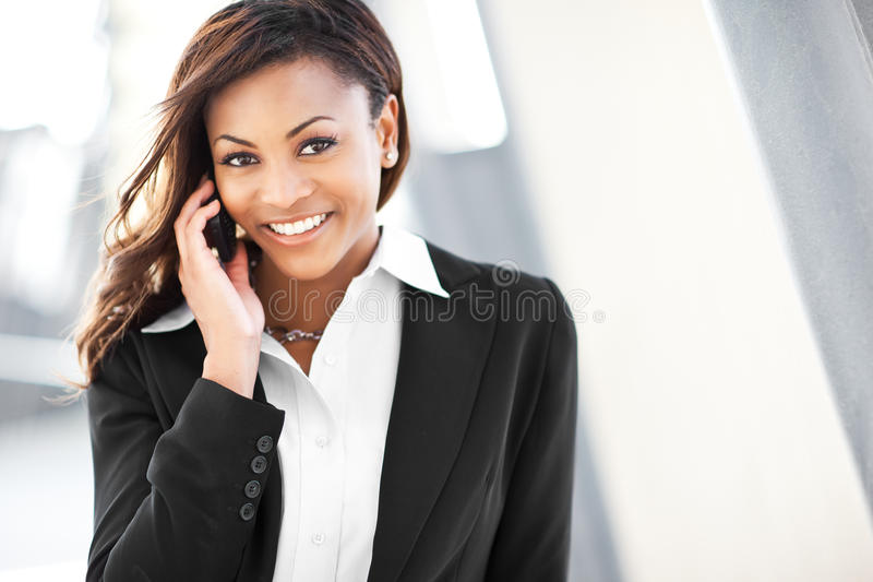 svart affärskvinnatelefon royaltyfri bild