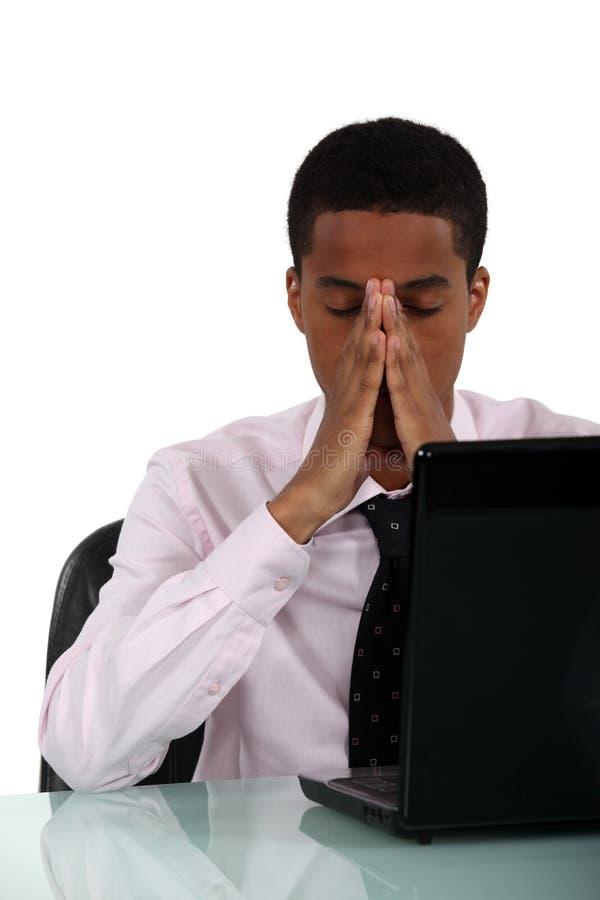 Svart affärsman med en huvudvärk. royaltyfri foto