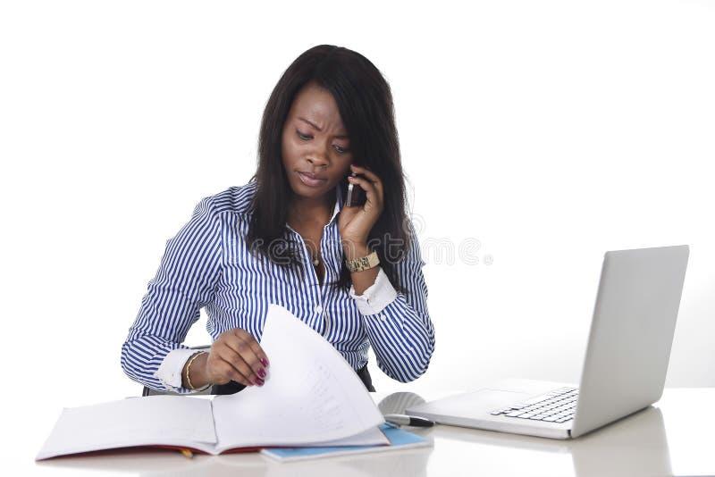 Svart afrikansk amerikanetnicitet frustrerade kvinnan som arbetar i spänning på kontoret royaltyfria foton