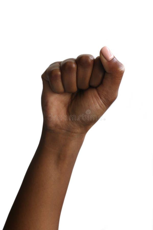Svart afrikansk kvinnlig hand f?r indier som gripas h?rt om i en n?ve, svart makt royaltyfria foton