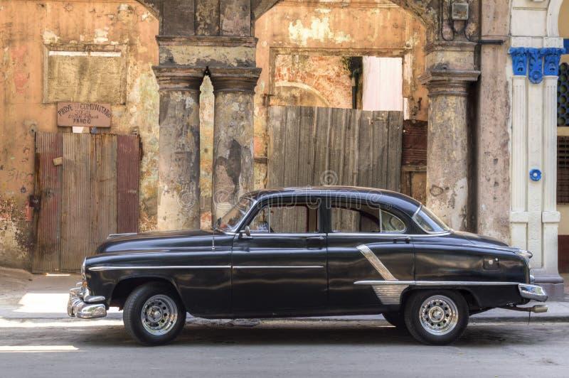 Svart amerikansk bil som parkeras i Prado, havannacigarr arkivbilder