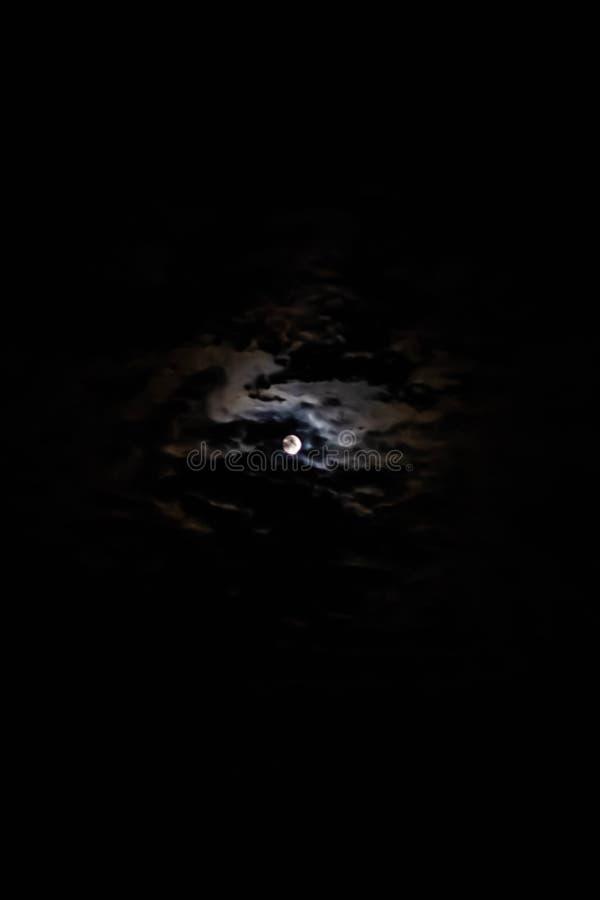 Svart bakgrund med månen och moln fullmånen har färgat många fantasiförfattare och legender som det av varulvar arkivbild
