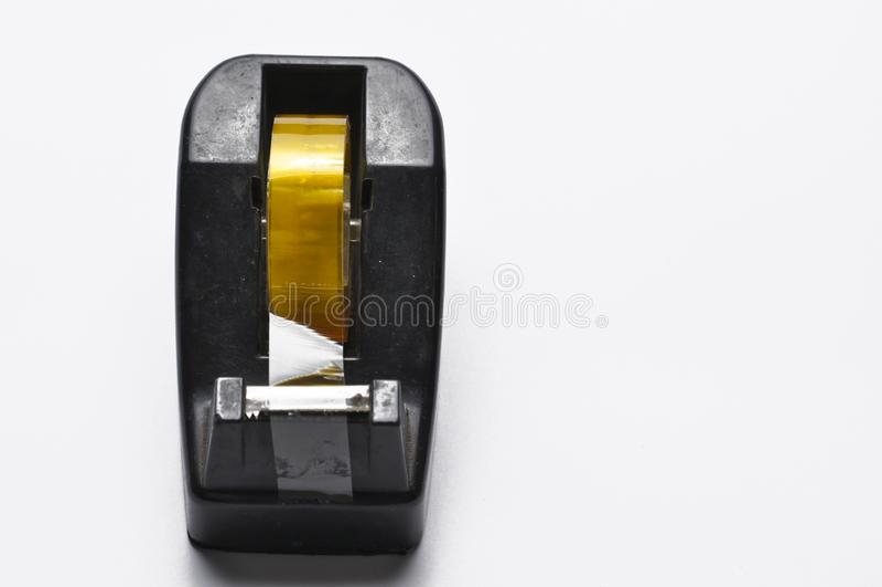 Svart bandutmataresk?rare av kontorsbrevpapper som isoleras p? vit bakgrund Bandsk?rare kopiera avst?nd royaltyfri bild