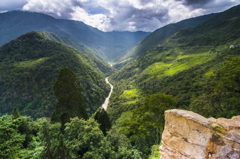 Svart berg och Mangde Chhu, landskap av Trongsa Dzong, Bhutan, royaltyfria foton