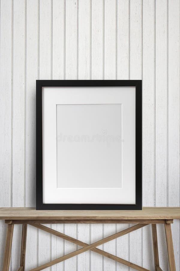 Svart bildram på den wood tabellen royaltyfri fotografi