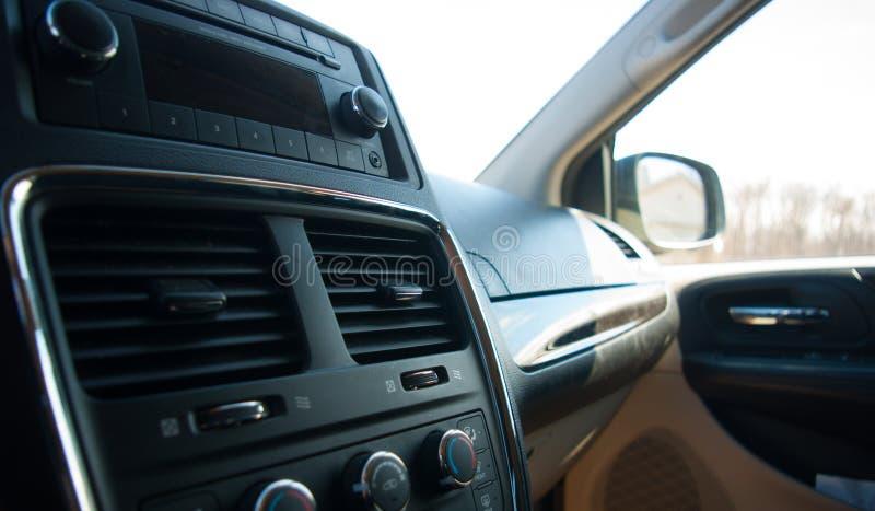 Svart bilinre med radion och handskfacket arkivfoton