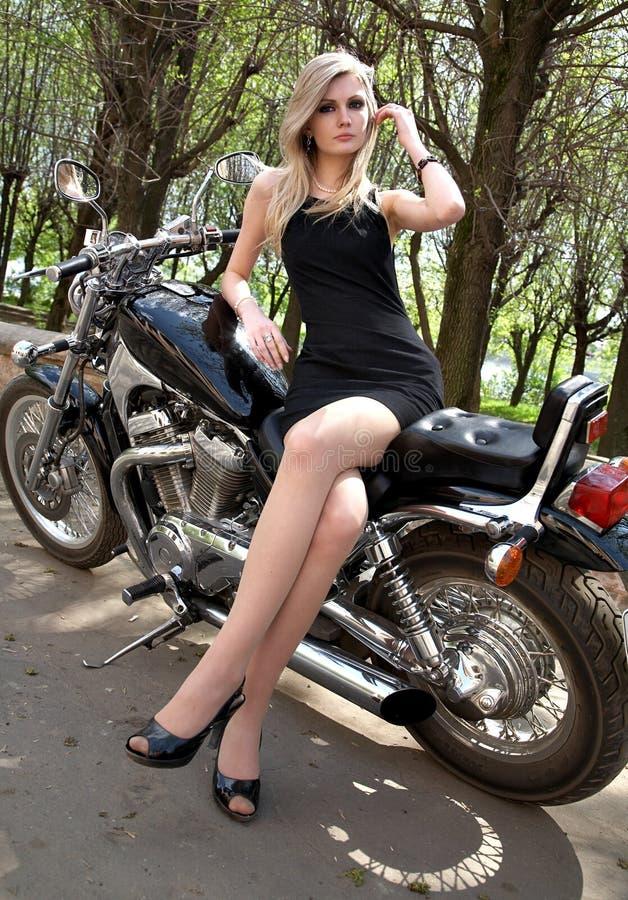 svart blond klänningflicka royaltyfria bilder