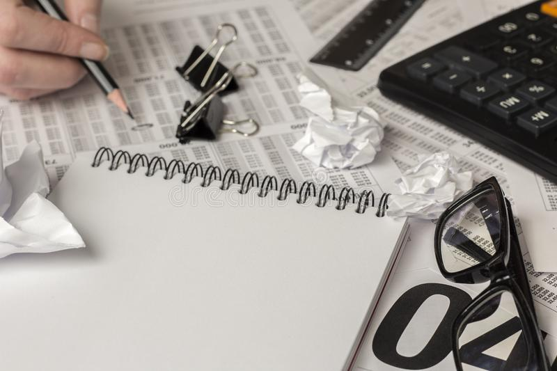 Svart blyertspenna i handen, kontorstillförsel arkivfoto