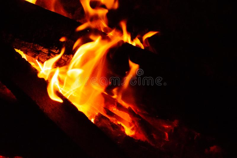 Svart brand i mörkret royaltyfria bilder