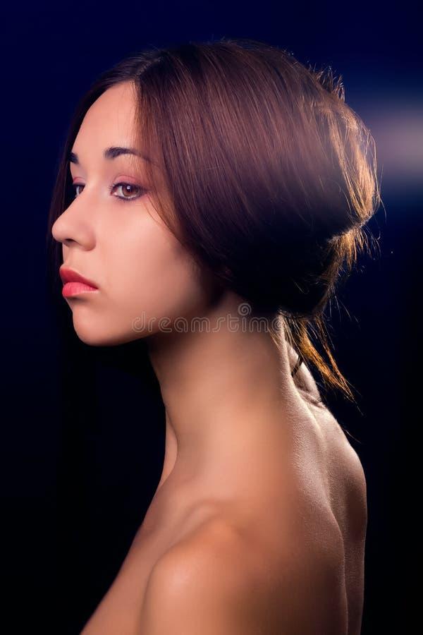 svart brunett isolerad ståendekvinna royaltyfri foto