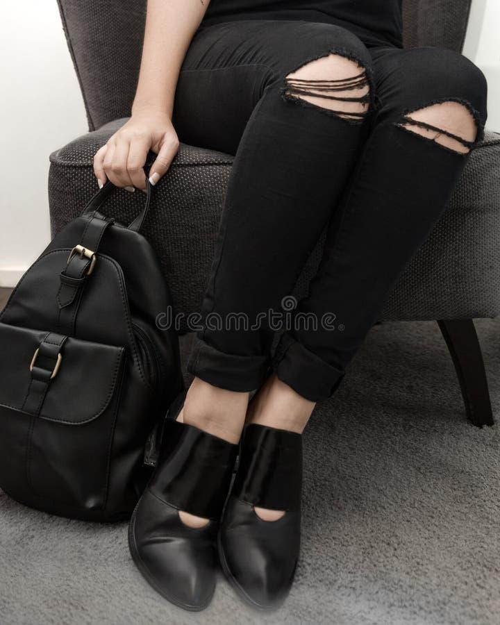 Svart chic modeflicka med trevliga skor royaltyfri bild