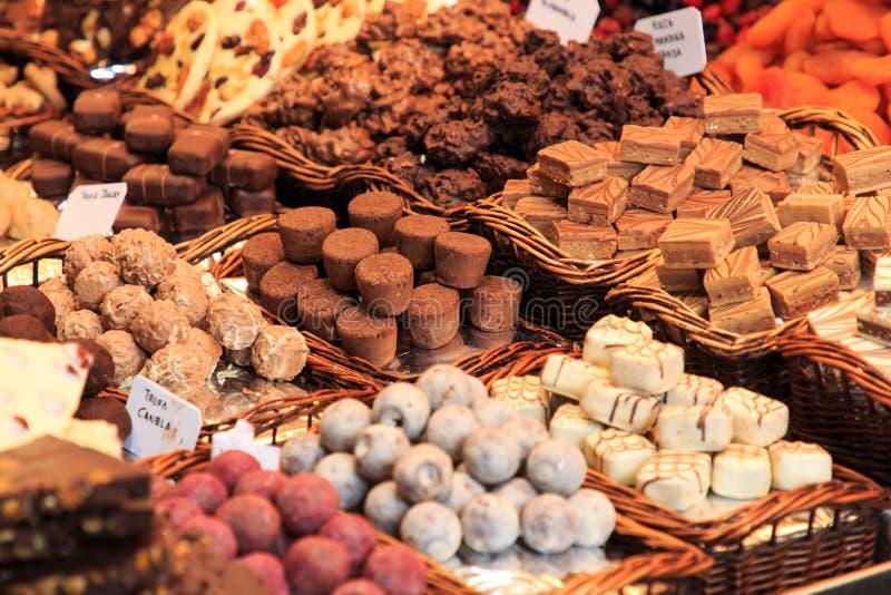Svart choklad shoppar i den spanska marknaden Boqueria i Barcelona, Spanien arkivbilder
