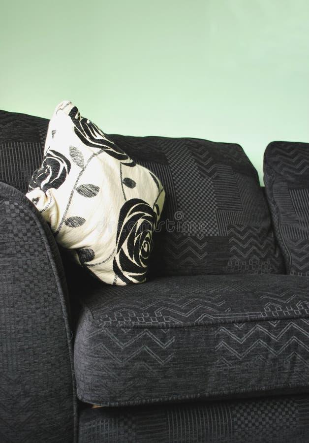svart comfy sofa fotografering för bildbyråer
