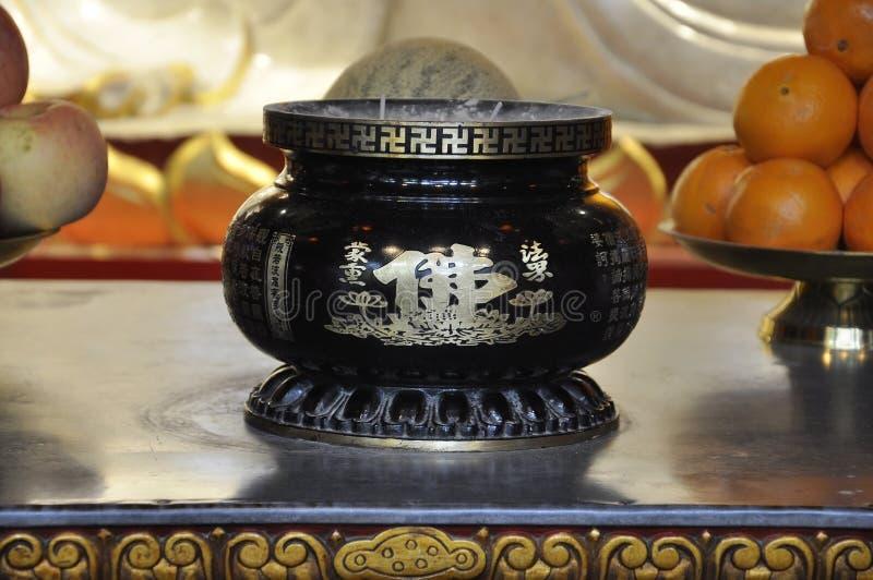 Svart dekorerad stearinljus från den Jade Buddha Temple inre i Shanghai arkivfoto