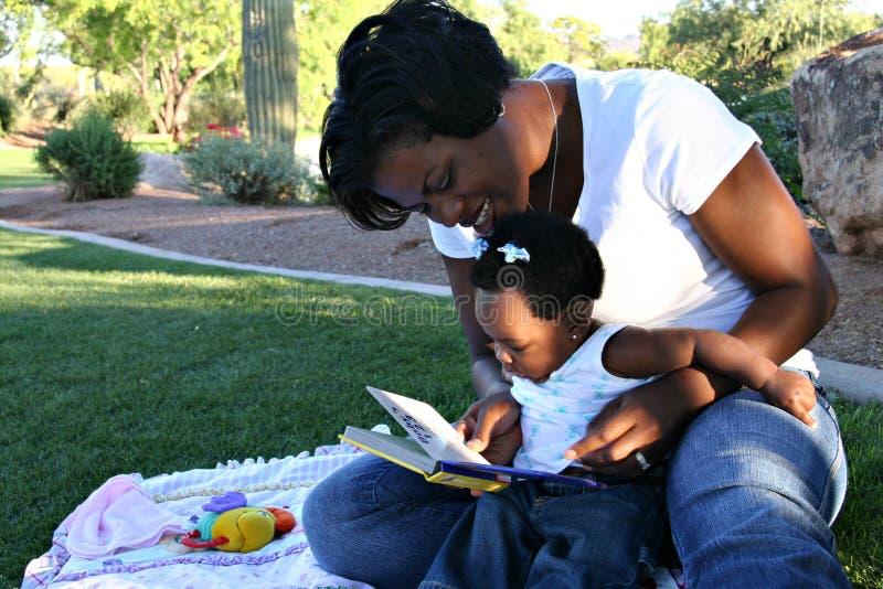 svart dottermoder royaltyfria bilder