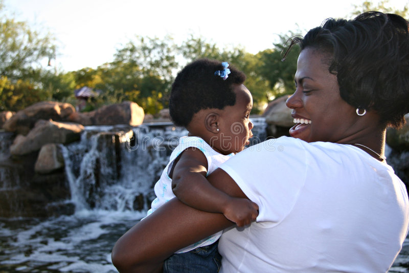 svart dottermoder arkivfoto