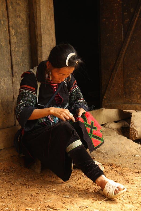 Svart dräkt för Hmong kvinnasömnad, Sapa, Vietnam royaltyfri foto