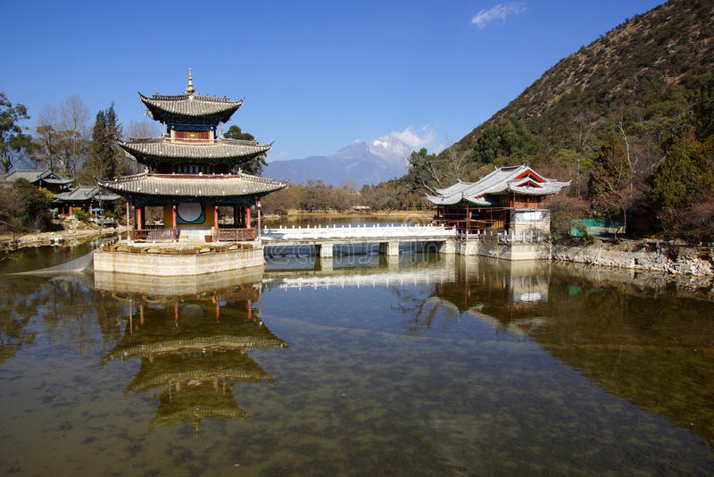 Svart Dragon Pool Jade Dragon Snow berg i Lijiang, Yunnan, Kina royaltyfri fotografi