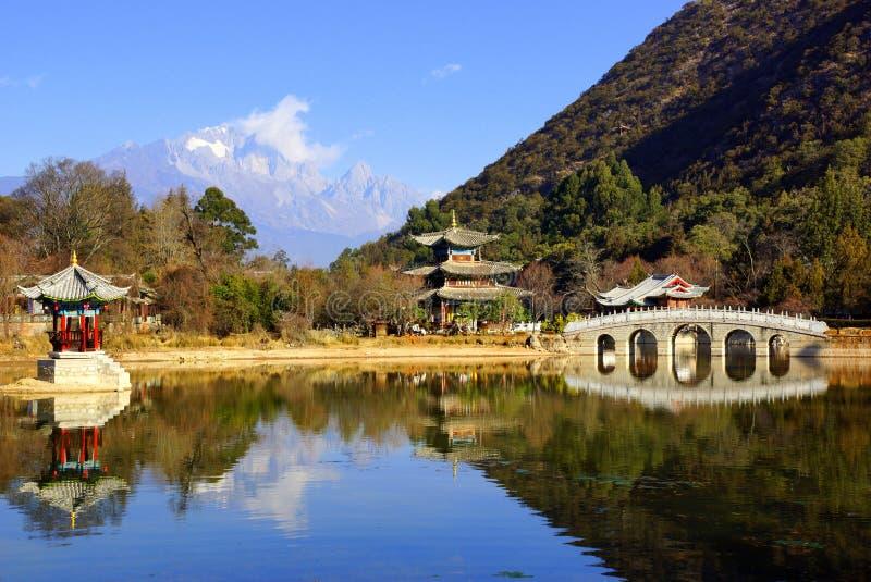 Svart Dragon Pool Jade Dragon Snow berg i Lijiang, Yunnan, Kina royaltyfria foton