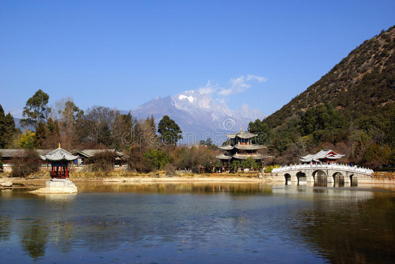 Svart Dragon Pool Jade Dragon Snow berg i Lijiang, Yunnan, Kina arkivbild