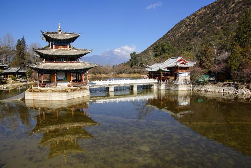 Svart Dragon Pool Jade Dragon Snow berg i Lijiang, Yunnan, Kina royaltyfria bilder