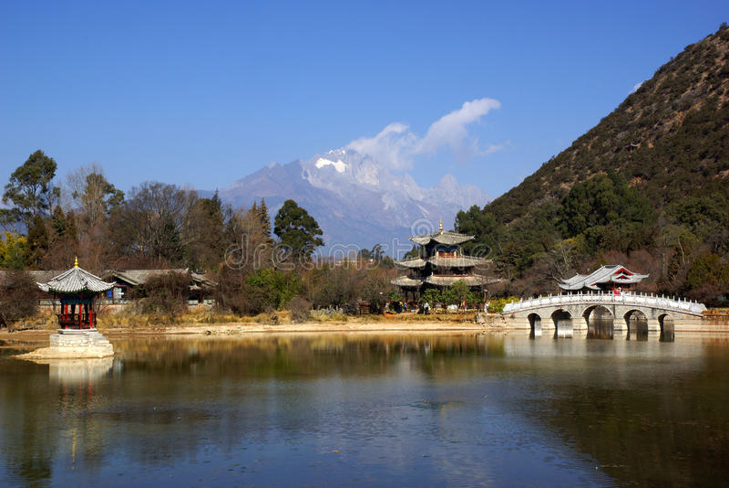 Svart Dragon Pool Jade Dragon Snow berg i Lijiang, Yunnan, Kina arkivbilder