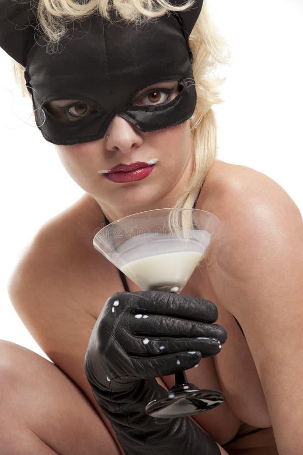 svart dricka för katt mjölkar arkivbild