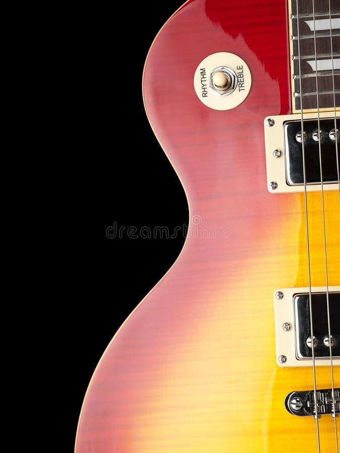 svart elektrisk gitarr för bakgrund royaltyfria foton