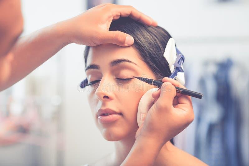 Svart eyelinerapplikation arkivfoton