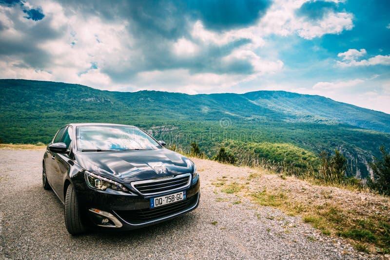 Svart färgPeugeot 308 bil på bakgrund av fotografering för bildbyråer