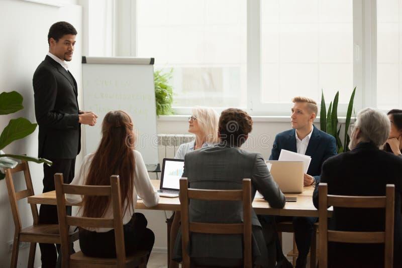 Svart företagsceo som diskuterar presentation för affärsstrategi på G royaltyfri fotografi