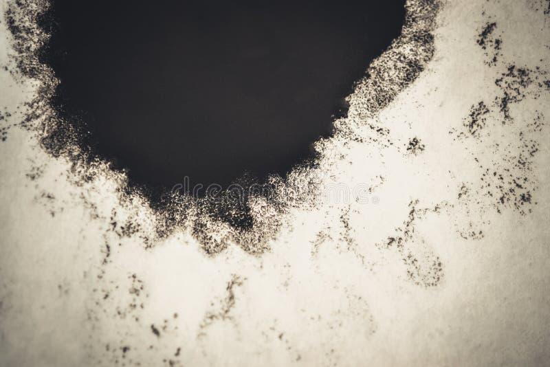 Svart fläck på ett vitt bakgrundsfilter arkivfoto