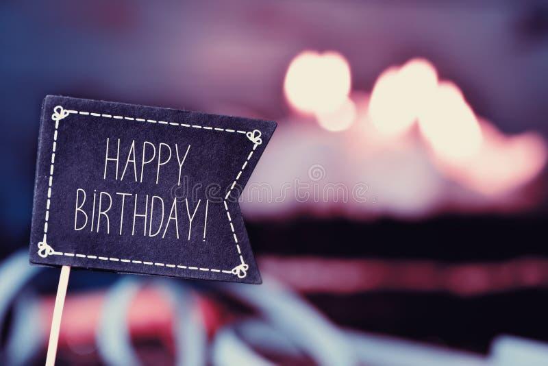 Svart flagga med den lyckliga födelsedagen för text arkivbild