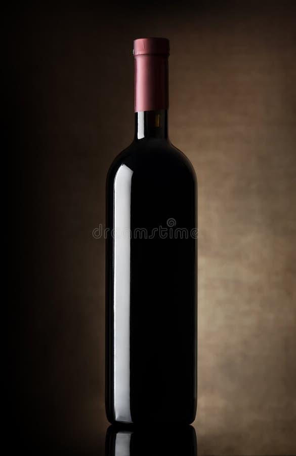 Svart flaska av vin arkivfoton