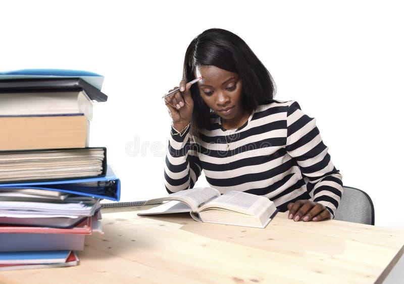 Svart flicka för afrikansk amerikanetnicitetstudent som studerar läroboken arkivbilder