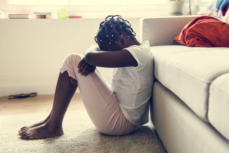 Svart flicka med sorgsenhetsinnesrörelse arkivbild