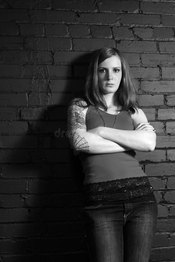svart flickatatueringwhite royaltyfri foto