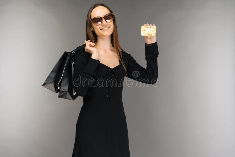Svart fredag f?rs?ljningsbegrepp Påse och kreditkort för shoppingkvinnainnehav på bakgrund i ferie arkivbild