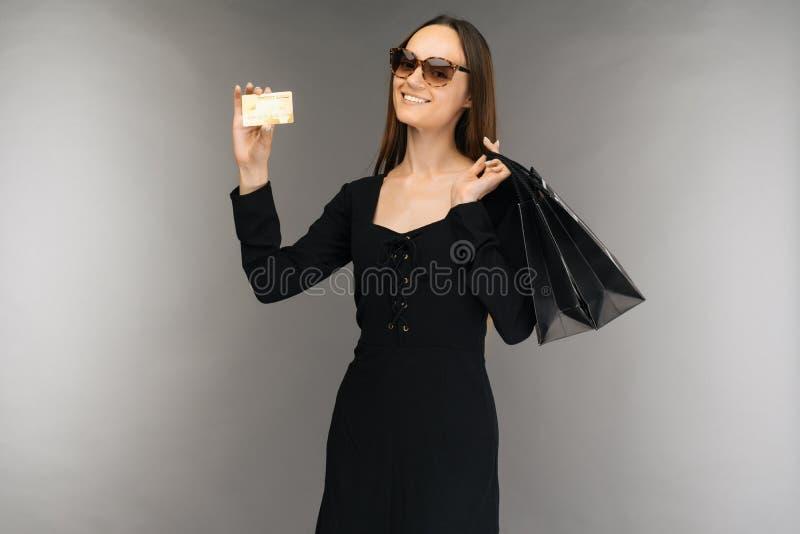 Svart fredag f?rs?ljningsbegrepp Påse och kreditkort för shoppingkvinnainnehav på bakgrund i ferie royaltyfria bilder