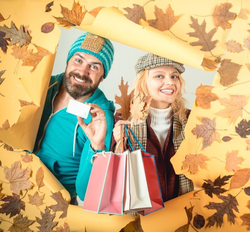 svart friday försäljning Autumn Leaves Festival Lyckligt folk och glädje Hello november för höst black friday shopping hälsningar arkivfoto
