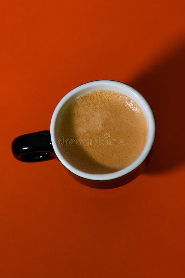 Svart full espressokopp som uppifrån beskådas royaltyfri foto