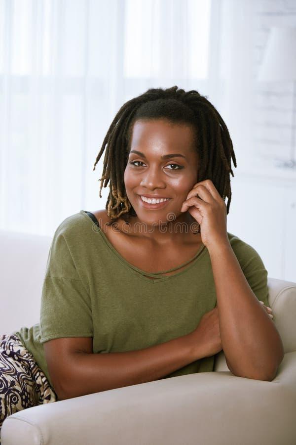 svart gladlynt kvinna arkivbild
