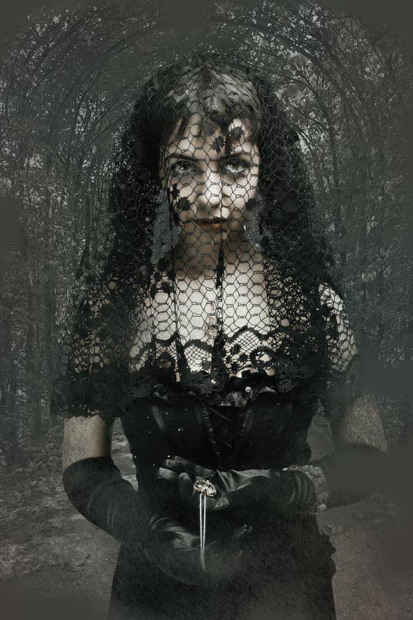 svart gotiskt skyler kvinnan arkivfoto