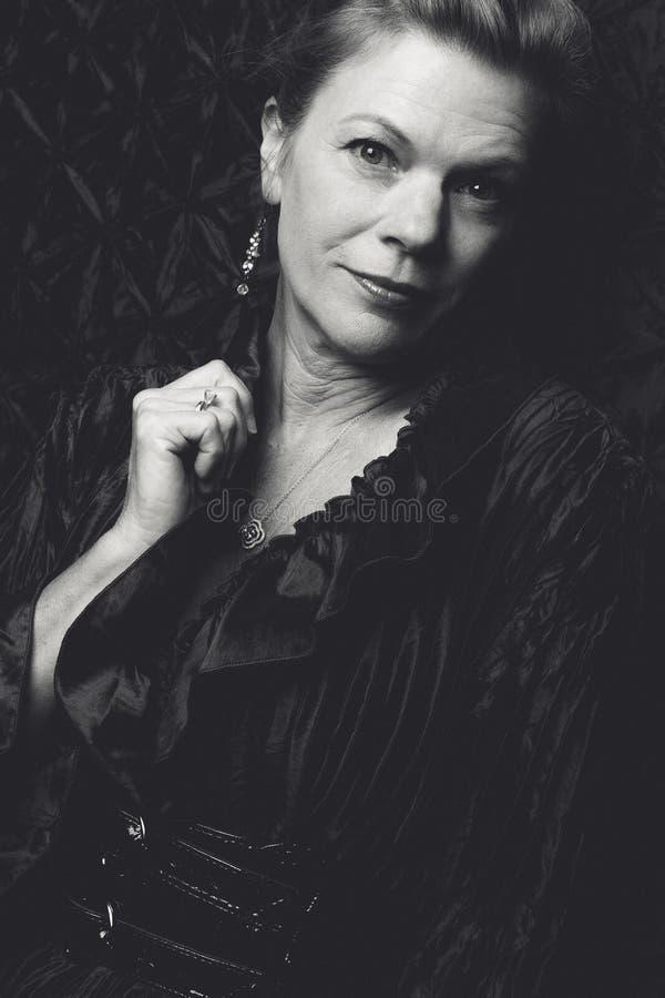 svart gyckel för bakgrund som har isolerat den le vita kvinnan royaltyfri bild