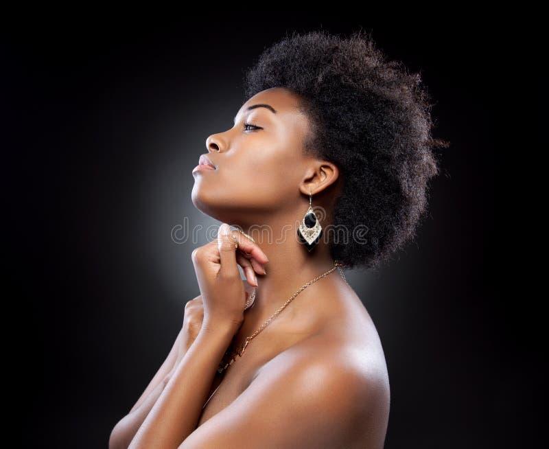 Svart härlig kvinna med den afro frisyren royaltyfri fotografi