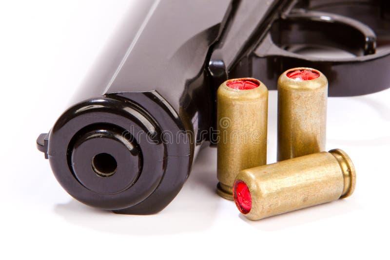 Svart handeldvapen och ammunitionar som isoleras på vit royaltyfri fotografi