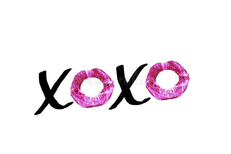Svart handskriven text XOXO med röda läppstiftavtryckar som isoleras på vit bakgrund Planlägg beståndsdelen för affischer, wi för fotografering för bildbyråer